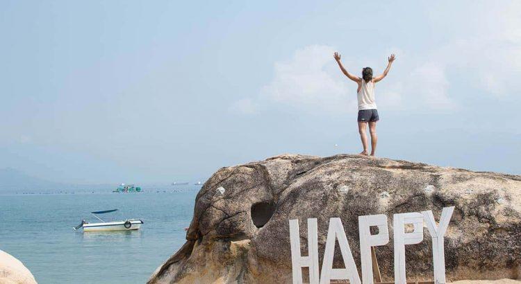 Mujer en cima de una roca