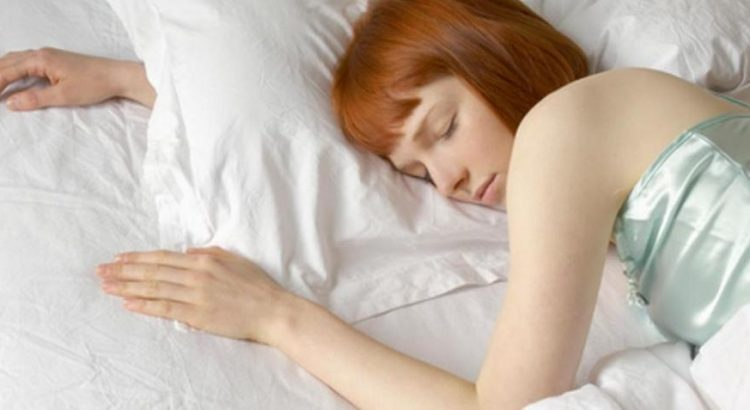 Mujer descansando sin pesadillas