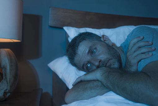 hombre tratando de dormir por un buen tiempo