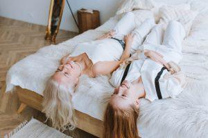 Mujeres acostadas en una cama